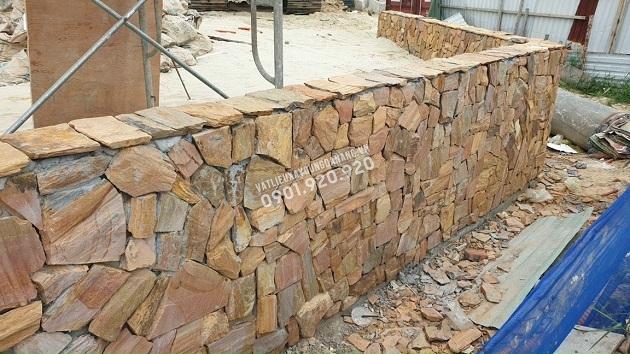 Chân tường hoặc tường rào thấp ốp đá rối vàng đa sắc