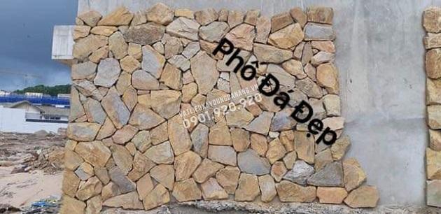 Đá rối vàng đa sắc ốp chân tường với sự khéo léo của người thợ thi công khiến cho từng viên đá kết lại khắng khít với nhau