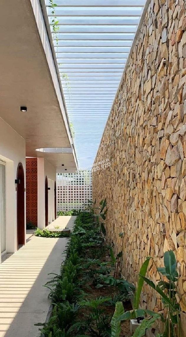 Đá rối vàng đa sắc ốp tường rào bao quanh nhà